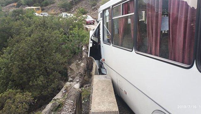 В Крыму из-за селя рейсовый автобус с пассажирами едва не рухнул в обрыв