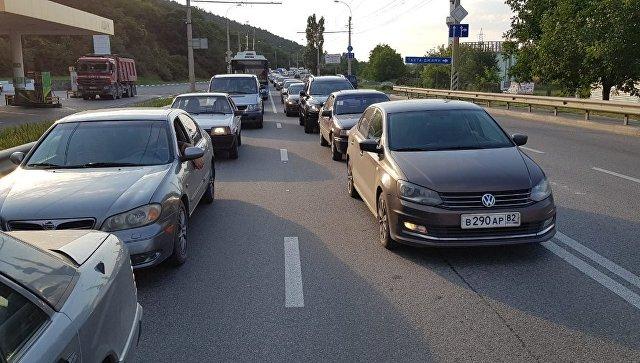 Ялтинская трасса встала в многокилометровой пробке из-за массового ДТП