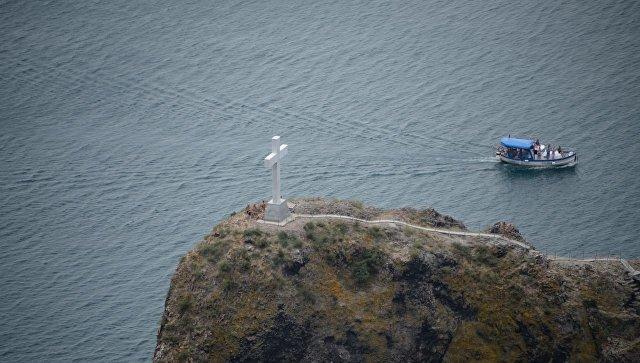 На скале у Фиолента освятили новый мраморный крест