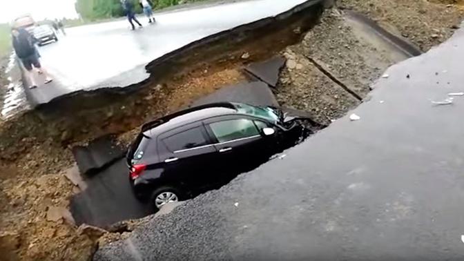 В Амурской области из-за ливней провалился автомобиль