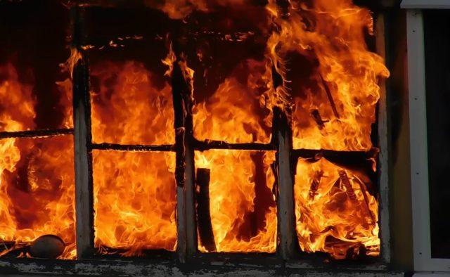 Черный дым и детские крики: в Симферополе многодетную семью на пожаре спасал ОМОН