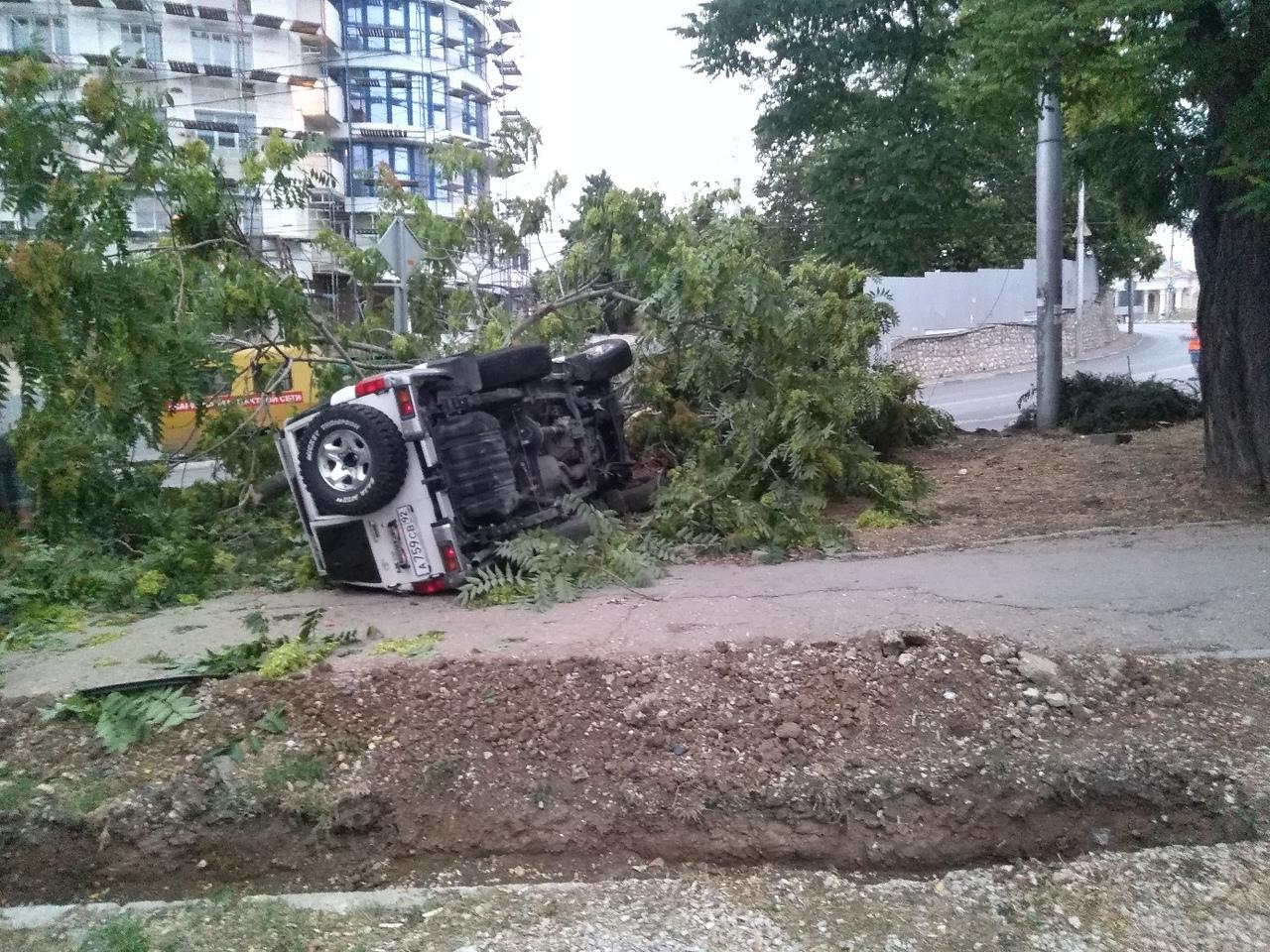 В центре Севастополя перевернулся внедорожник