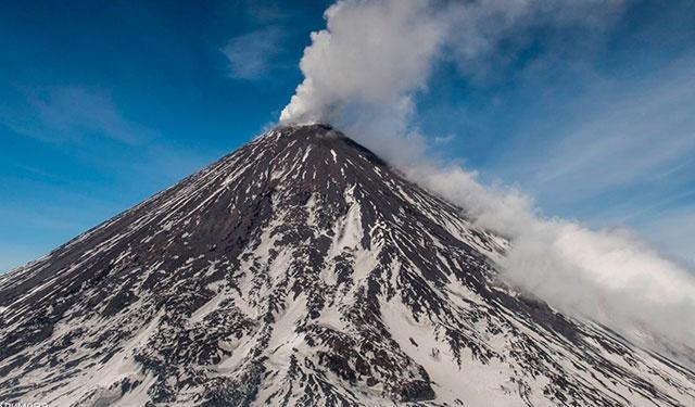 Самый высокий активный вулкан Евразии начал извержение
