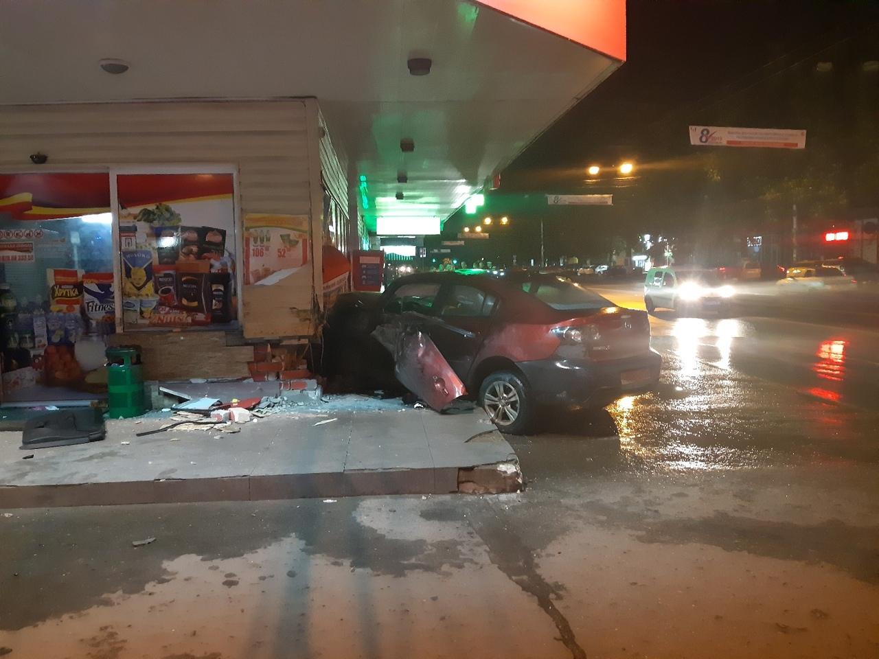 Машина влетела в магазин на ж/д вокзале в Симферополе
