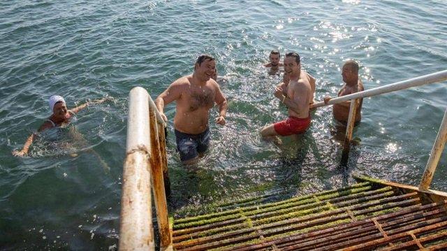 Зеленский вместе с отдыхающими искупался в Черном море