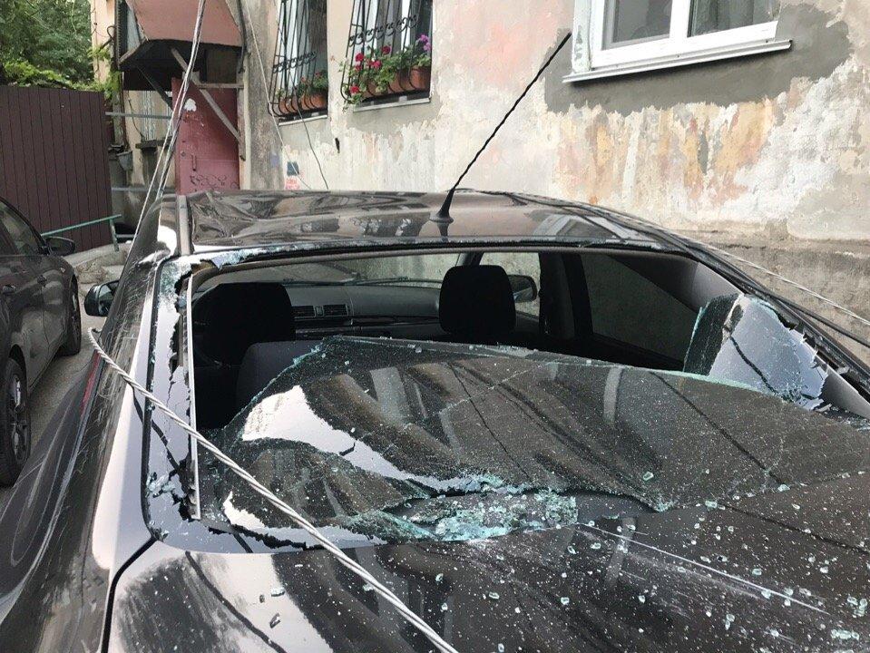 В Симферополе фура завалила деревянный столб на припаркованный автомобиль