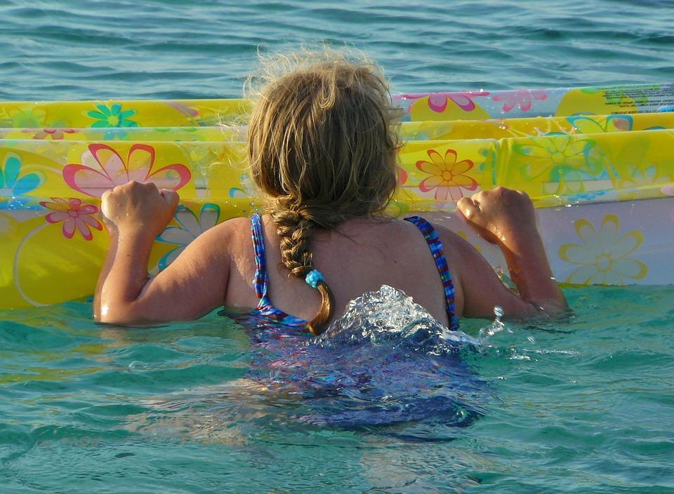 В Крыму ребенка на матрасе унесло в открытое море