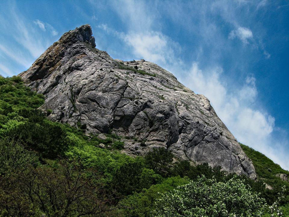 В Крыму туристы из Москвы не смогли самостоятельно спуститься со скалы