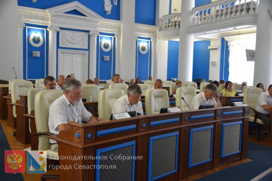 «Совсем уже с головой не дружите?»: севастопольцы возмущены действиями депутатов Заксобрания