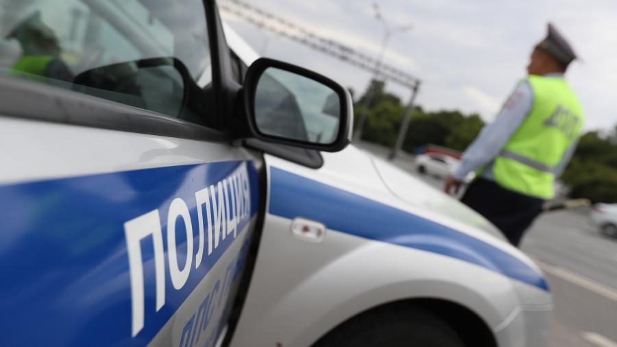 В Крыму водитель чуть не сбил девушку с ребенком и мопедиста