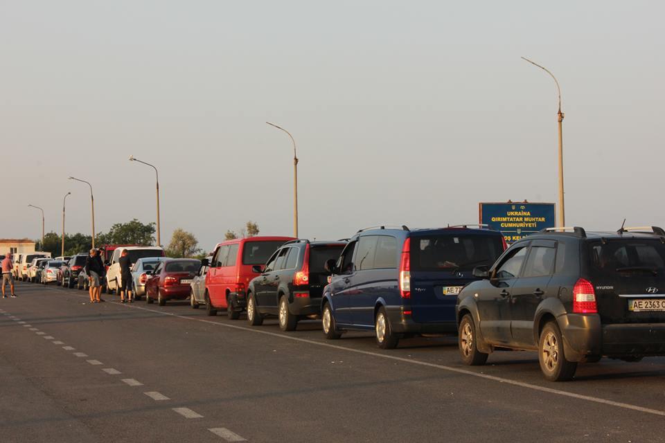 Украинцы едут на отдых: при въезде в Крым выстроились километровые очереди