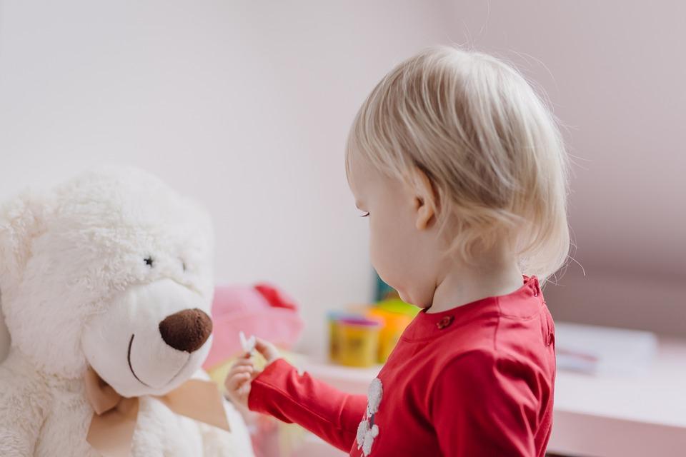 В Крыму полуторагодовалый ребенок оказался запертым в квартире со включенной плитой