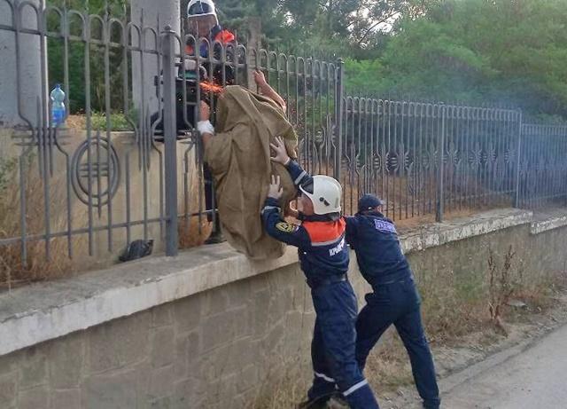 В Крыму турист проткнул руку железным прутом забора и повис на нем