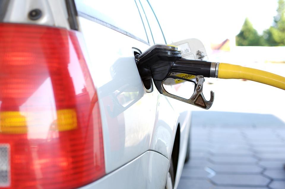 Медведев пообещал наказывать компании, завышающие цены на бензин