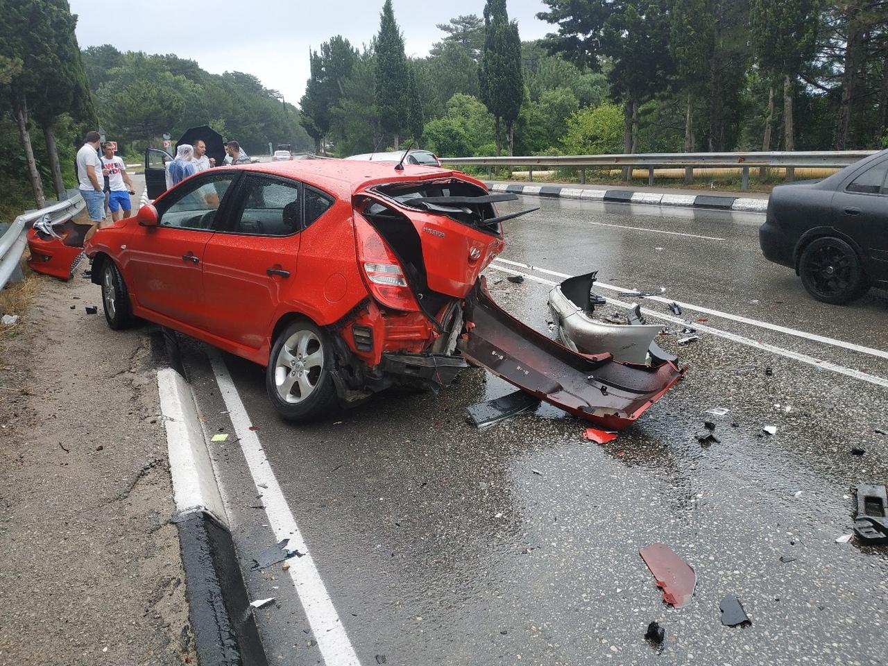 «Всем гонщикам посвящается»: на трассе в Крыму столкнулись два автомобиля