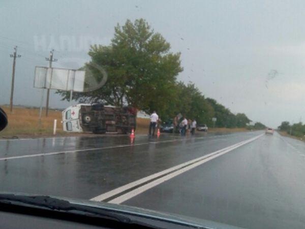 Уходил от столкновения с автобусом: на крымской трассе опрокинулась машина «скорой»