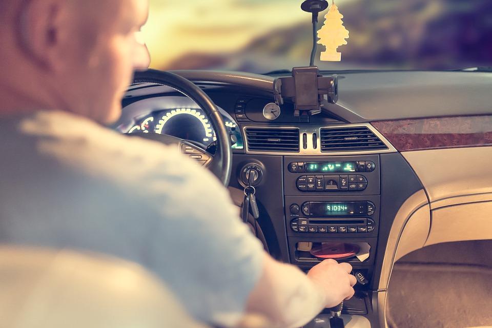Эксперт рассказал, когда в России исчезнут профессии продавцов и водителей