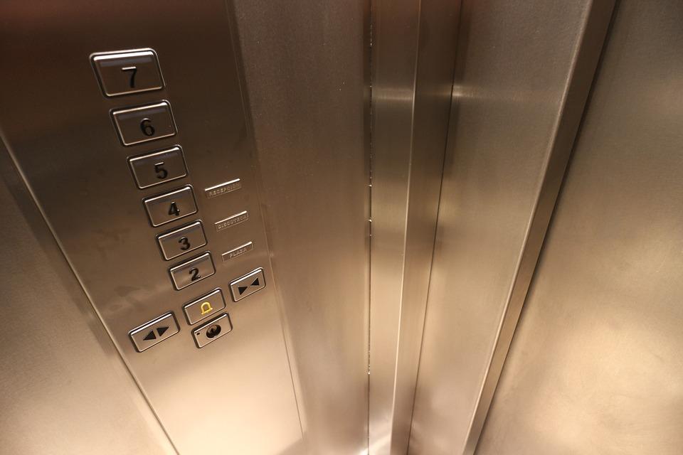 Названа предварительная причина падения лифта с людьми в севастопольской новостройке