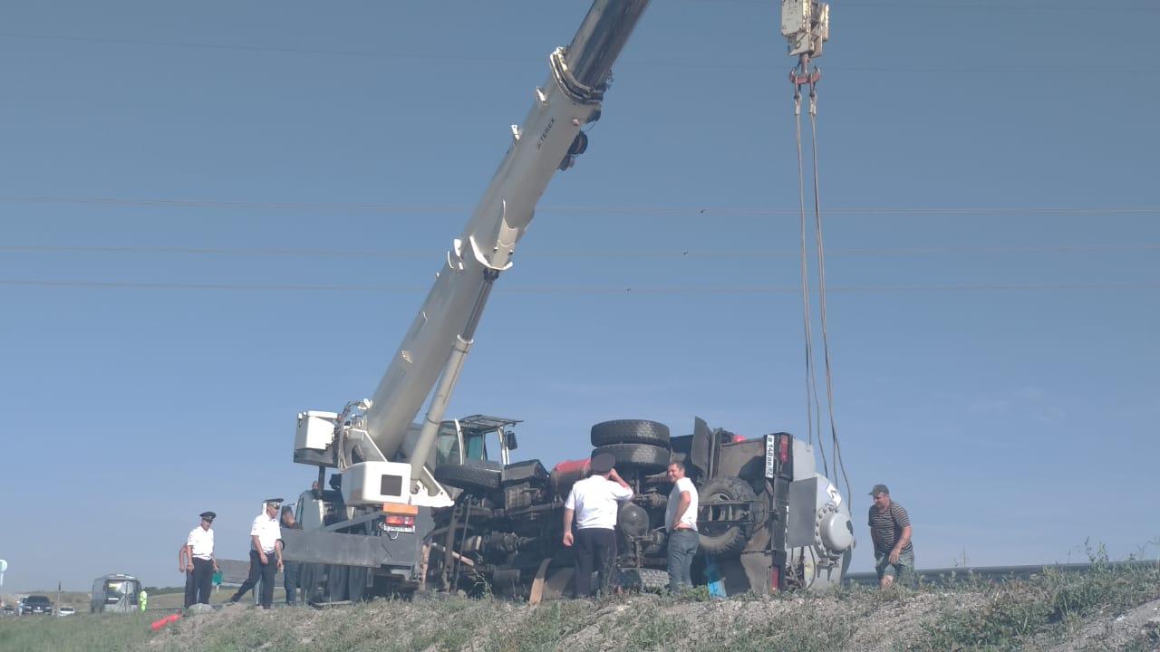 Появилось видео момента смертельной аварии с газовозом на трассе в Крыму