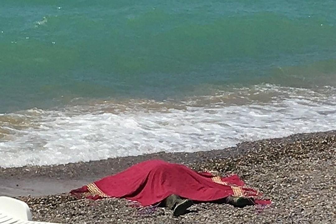 Установлена личность мужчины, чье тело с привязанной гирей выбросило на пляж в Крыму