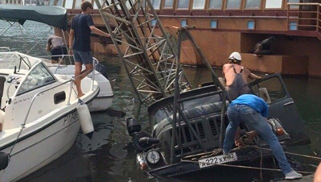 Грузовик упал в море на набережной Назукина в Балаклаве