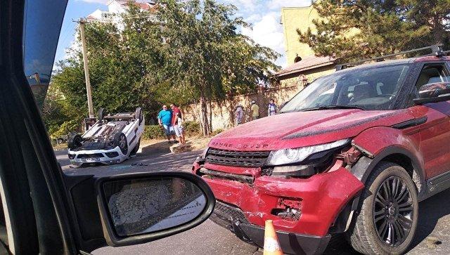 В Крыму столкнулись Lada Largus и Range Rover
