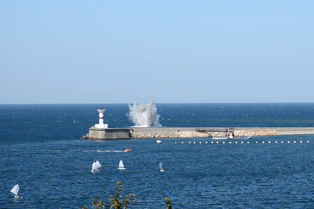 На выходе из Севастопольской бухты подорвали бомбу