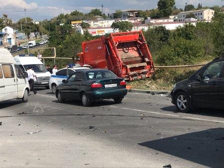 В Севастополе у мусоровоза отказали тормоза: разбиты 15 машин