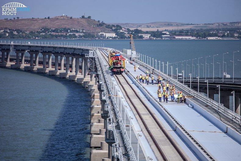 Строители объяснили появление поездов на Крымском мосту