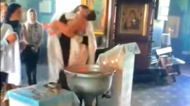 Священник во время крещения оставил на теле младенца ссадины и ушибы