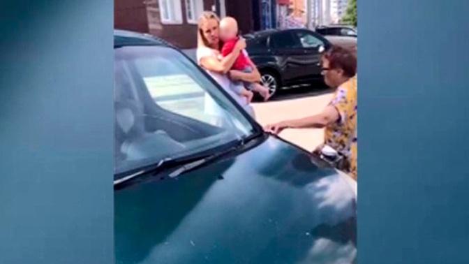 В Красноярске едва не погиб оставленный в закрытой машине годовалый ребенок
