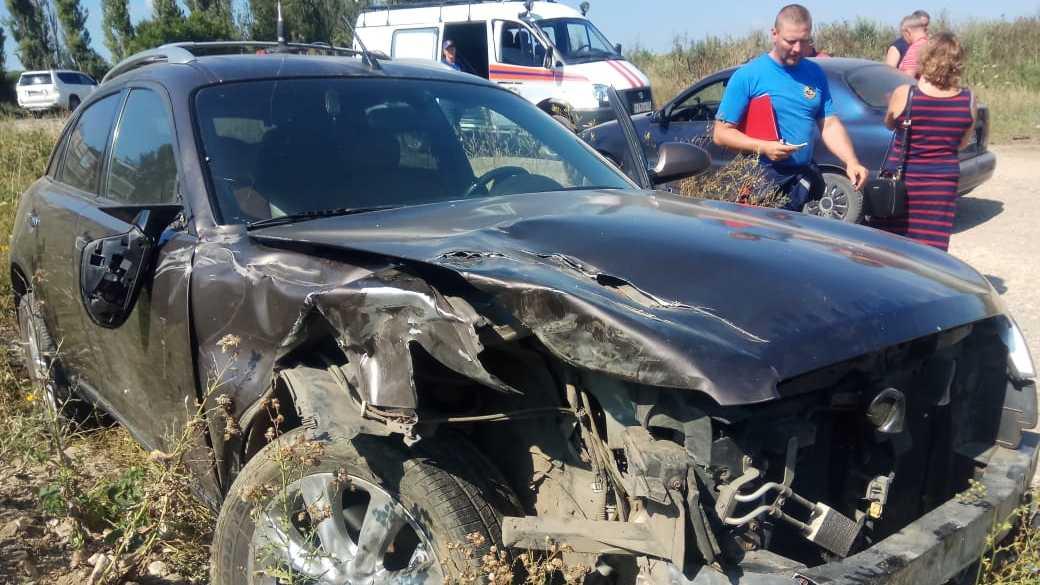 На трассе в Крыму столкнулись Infiniti и ГАЗ-66