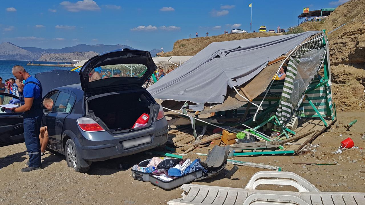 На пляж в Судаке с обрыва упал автомобиль