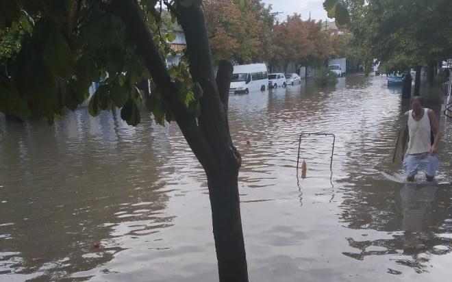 Затопленные улицы, упавшие деревья: последствия стихии в Крыму