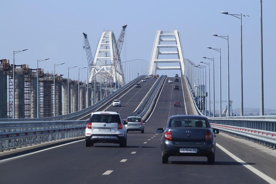 На Крымском мосту легковой автомобиль врезался в барьерное ограждение
