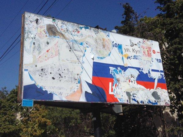 В Севастополе избиратели не узнали депутата возле его агитационной палатки