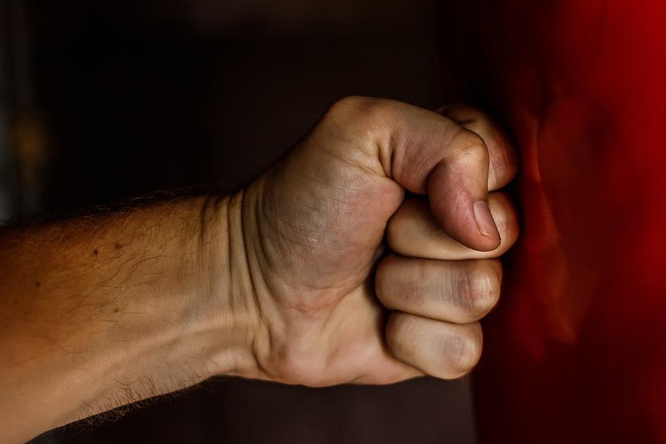 Севастополец в течение суток избивал свою сожительницу