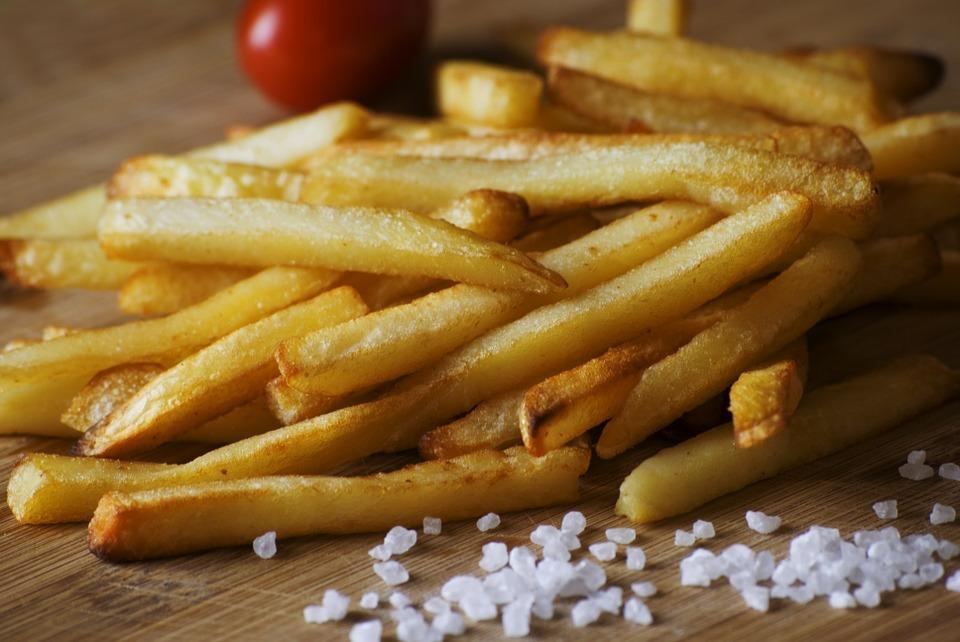 Роскачество объяснило опасность чипсов и картофеля фри