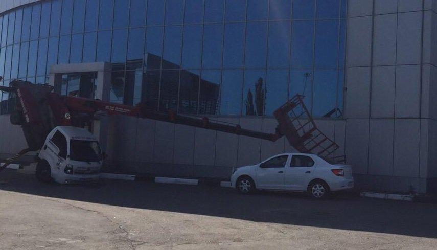 В Симферополе упавшая стрела автовышки разбила легковушку