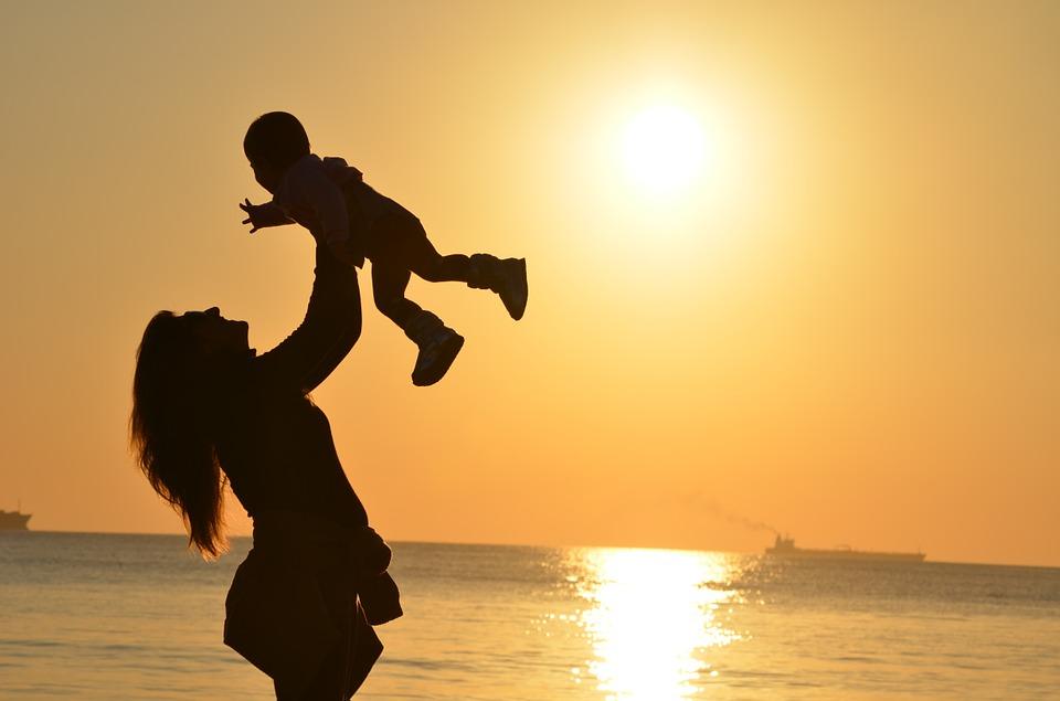 Пособие одиноким матерям Севастополя увеличили