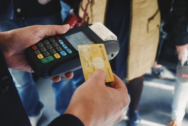 В Севастополе в некоторых автобусах теперь можно оплатить проезд банковской картой