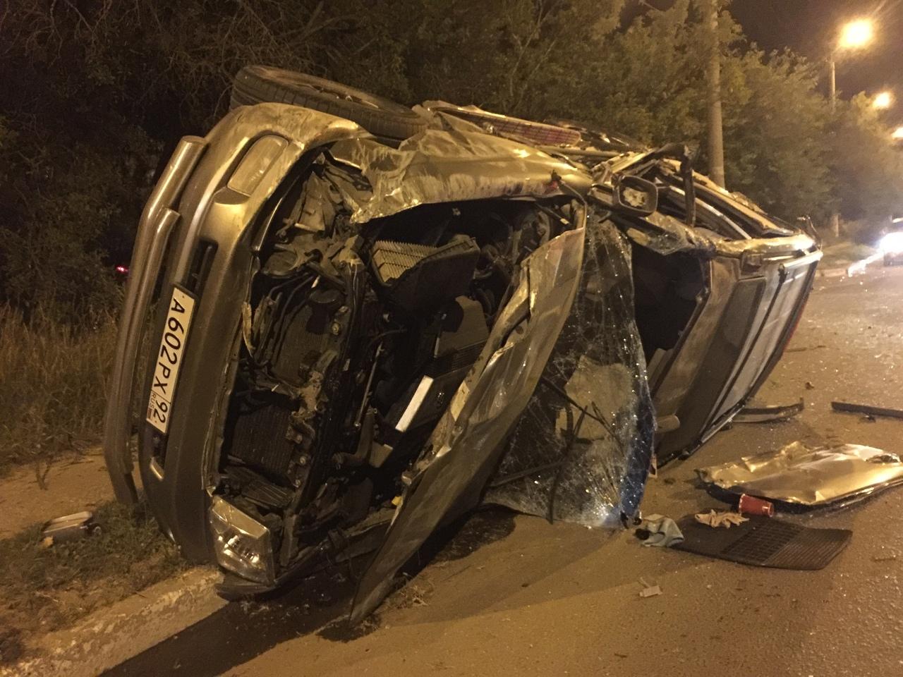 Машина в хлам: в Севастополе ночью столкнулись трактор и внедорожник