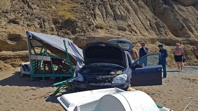 Появилось видео с места падения автомобиля с обрыва на пляже в Судаке