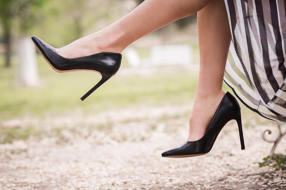 Врач назвал вредные для здоровья виды обуви
