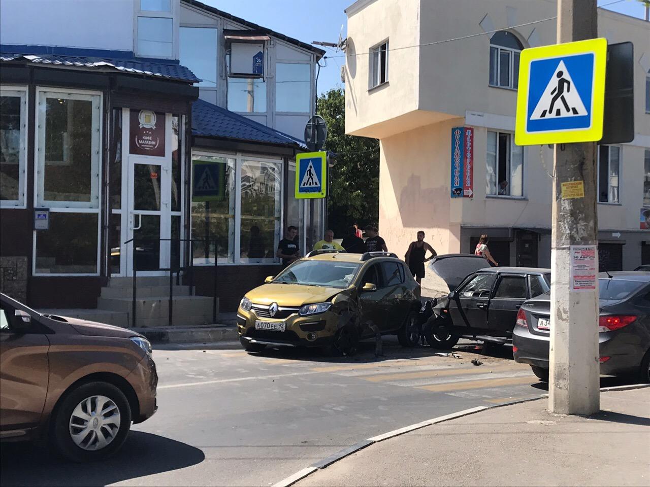 Движение в Гагаринском районе парализовало лобовое ДТП