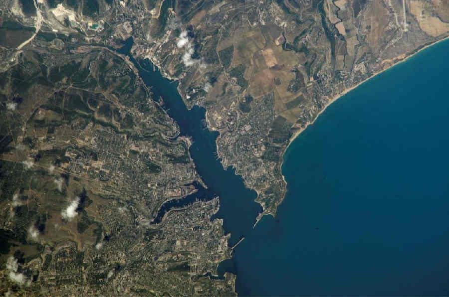 Появились фото прорыва глубоководной трубы, из-за которого море в Севастополе покрылось нечистотами