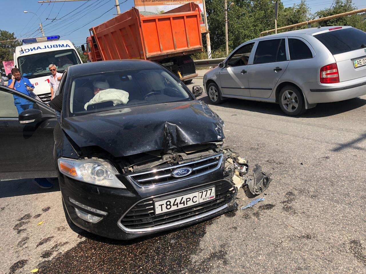 В Крыму в ДТП у легковушки оторвало колесо
