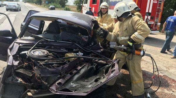 При столкновении микроавтобуса с легковушкой в Крыму пострадали шесть человек