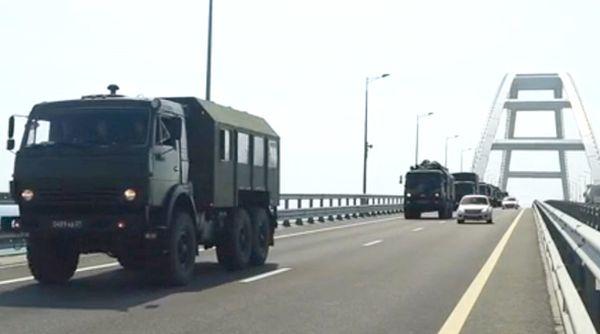 По Крымскому мосту прошла колонна военной техники