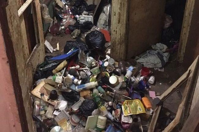 Севастополец 15 лет копил мусор в квартире и умер на горе отходов